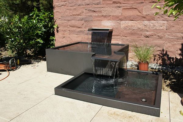 gartenbrunnen brunnen wasserspiele im garten wasser im garten conma gartendesign. Black Bedroom Furniture Sets. Home Design Ideas
