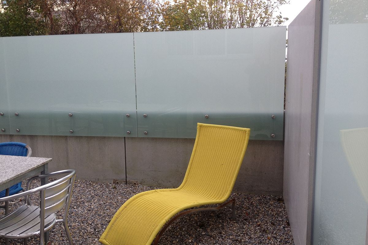 Die Glaswand lässt sich im Garten als Sichtschutz, Geländer oder