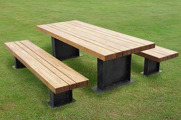 Bild von Tisch und Bank mit Stahlfuss