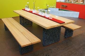 Bild von Tisch und Bank mit Drahtfuss